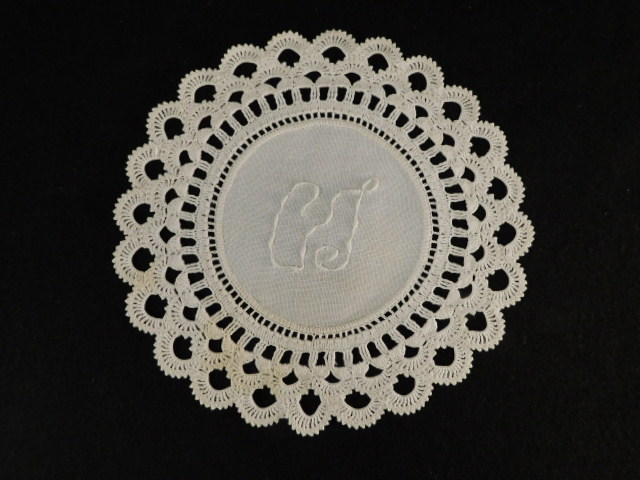 VINTAGE DOILIES EMBROIDERED STARCHED QUALITY TEXTILE ANTIQUE (Yes, We Ship)