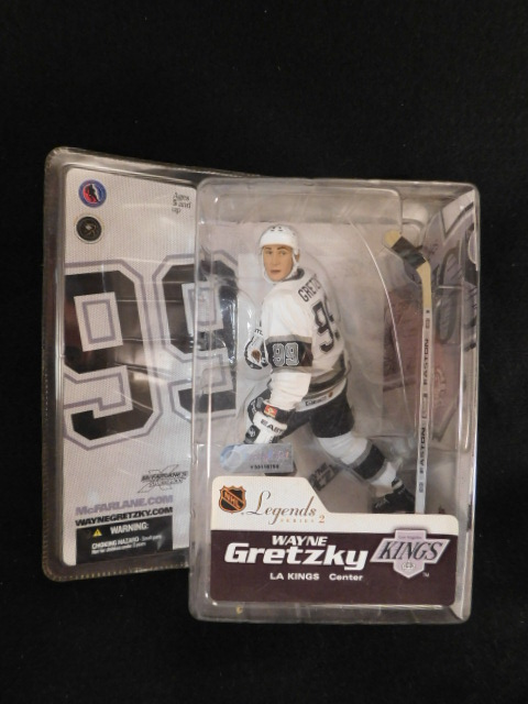 WAYNE GRETZKY LA KINGS HOCKEY FIGURINE (Yes, We Ship)