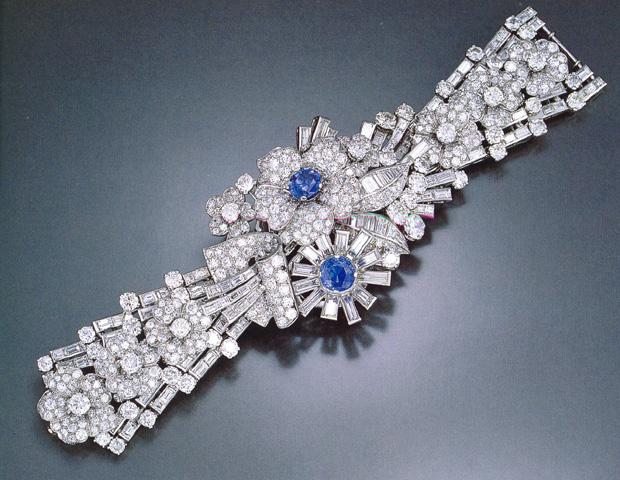 DESC-IMPRESSIVE DIAMOND AND SAPPHIRE FLORAL BRACELET
