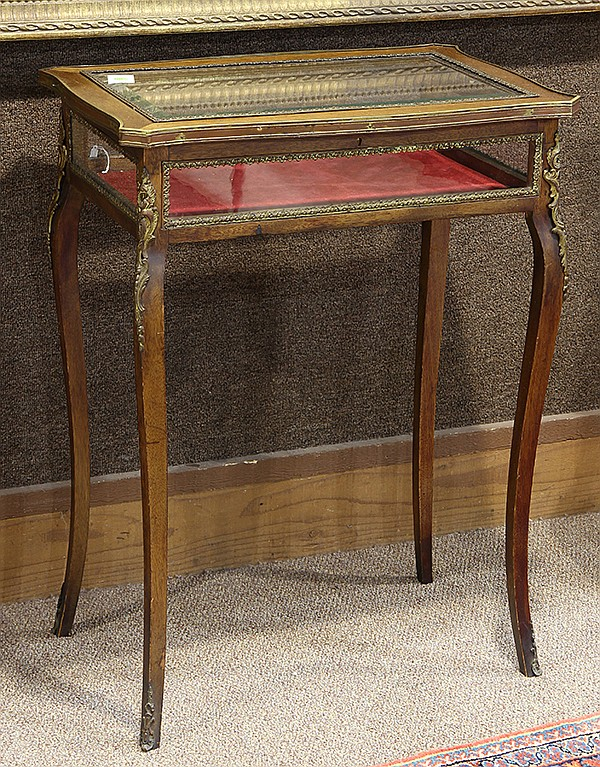 French Louis XV style table vitrine, 19th century, having a