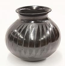 Mata Ortiz pottery vase by Amalia Mora