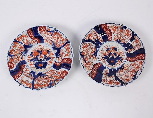 COMPANION PAIR OF MEIJI PERIOD JAPANESE IMARI SCALLOPED SHAPED PLATES