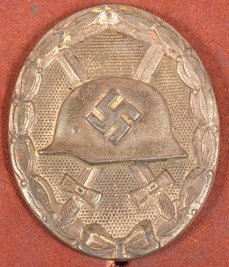 Cased 1939 Silver Grade Wound badge, unmarked solid