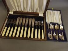 An oak cased set of bone handled fish eaters, and a cased set of six silver plated grapefruit spoons