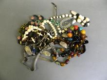 A quantity of assorted costume jewellery to include necklaces, bracelets etc