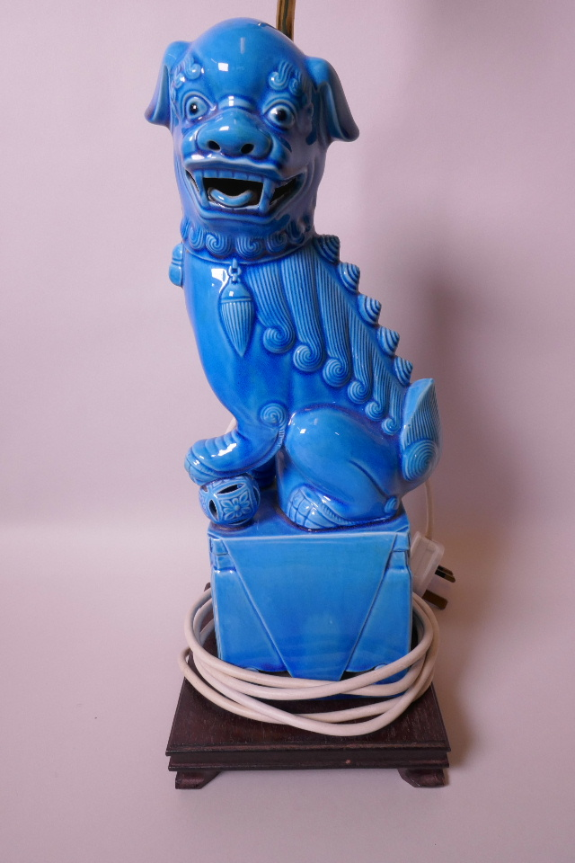 AN ORIENTAL PORCELAIN TABLE LAMP, THE WOODEN BASE MOUNTED WITH A BLUE GLAZED PORCELAIN FIGURINE OF A KYLIN, 13
