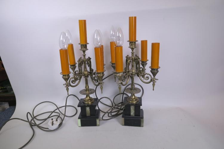 A PAIR OF BRASS FIVE LIGHT CANDELABRA STYLE TABLE LAMPS ON TWO COLOUR MARBLE BASES, 20