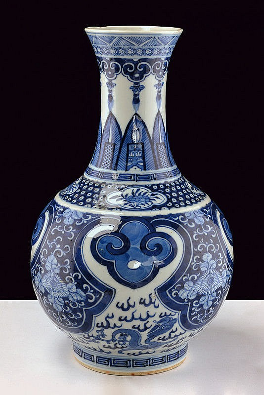 A fine blu and white porcelain vase