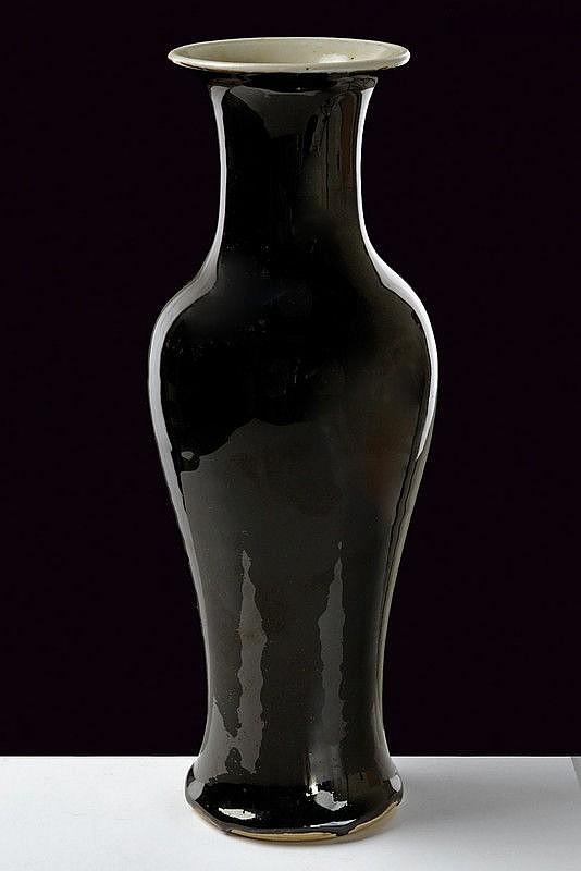 A fine mirror black porcelain vase