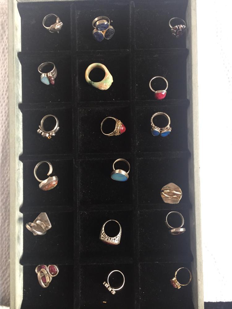 Box lot-Eighteen rings