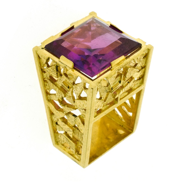 Yellow Gold Synthetic Corundum Alexandrite Type Ring.  Square synthetic stone (approx 10ct) set in ornate sculptured shank.