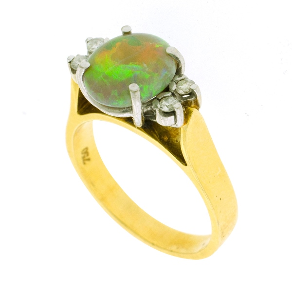 18ct Yellow Gold & Diamond Ring. Oval opal with 4 shoulder diamonds (total approx. 0.10ct).
