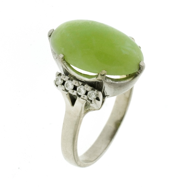 18ct White Gold Jade & Diamond Ring. Central oval jade with 8 shoulder diamonds, (total approx. 0.12ct).