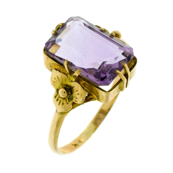 Yellow Gold Amethyst Ring. Rectangular central amethyst (approx 3ct).