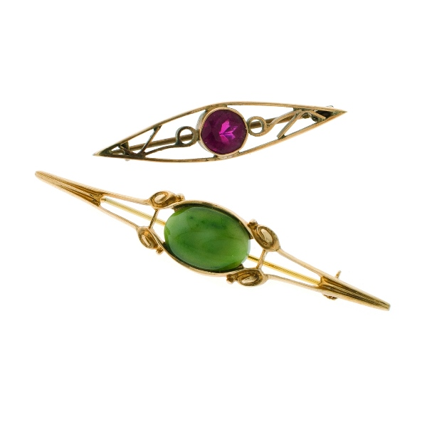 2 Var 9ct Yellow Gold Bar Brooches. Incl. greenstone; & purple paste.