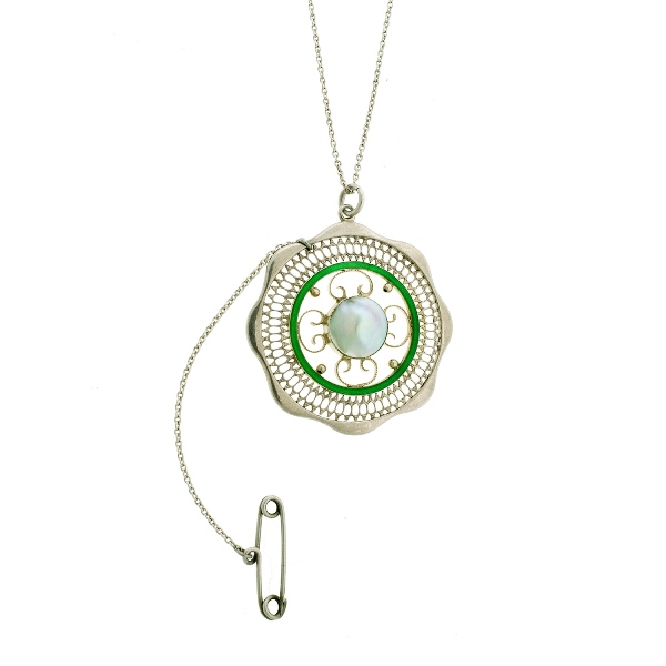 Pearl Set Silver Pendant & Chain.  Central pearl with enamel & pierced rim. Pendant marked verso .935.