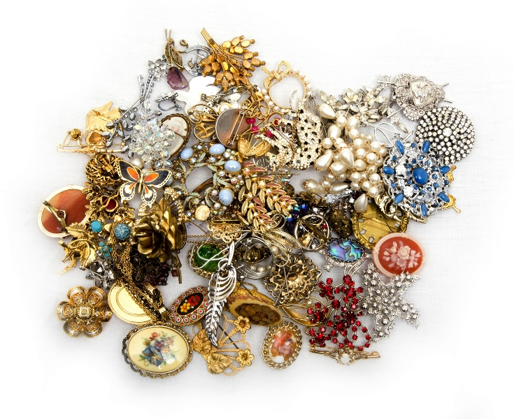 Qty Costume Jewellery Brooches. Total brooches approx.40+.
