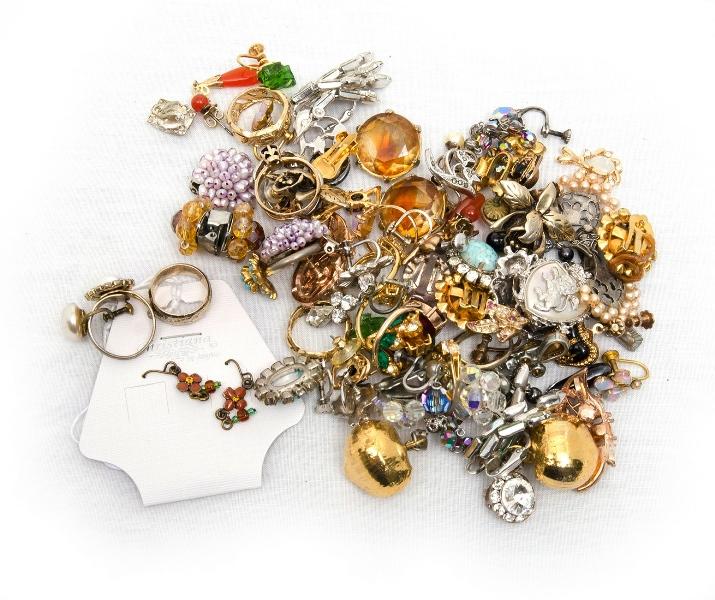 Qty Costume Jewellery, Rings & Earrings.  Total approx. 25 pr's earrings & 10 rings.