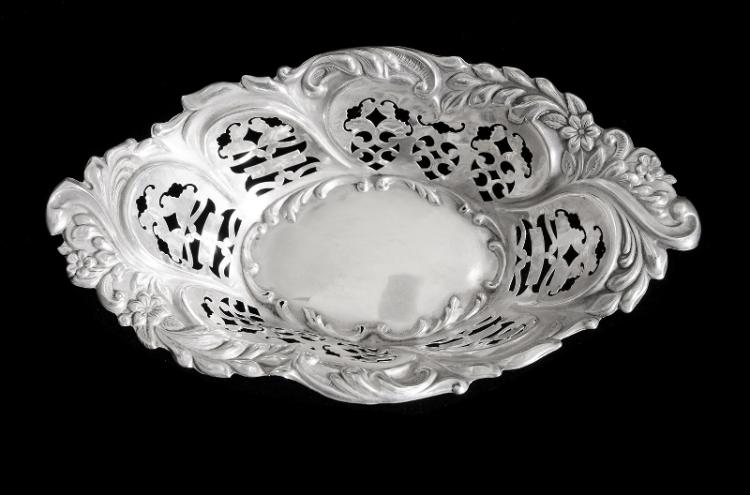 Edwardian HMSS Pierced Bonbon Dish. Birm. 1901, makers Deakin & Francis. Pierced decoration.