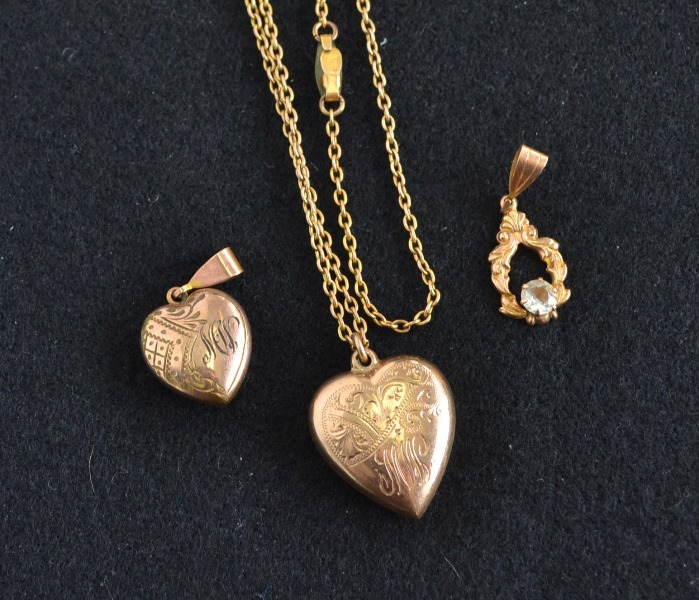 3 Var 9ct Yellow Gold Jewellery Items. Incl. heart locket & chain; locket pendant; & white stone set pendant.