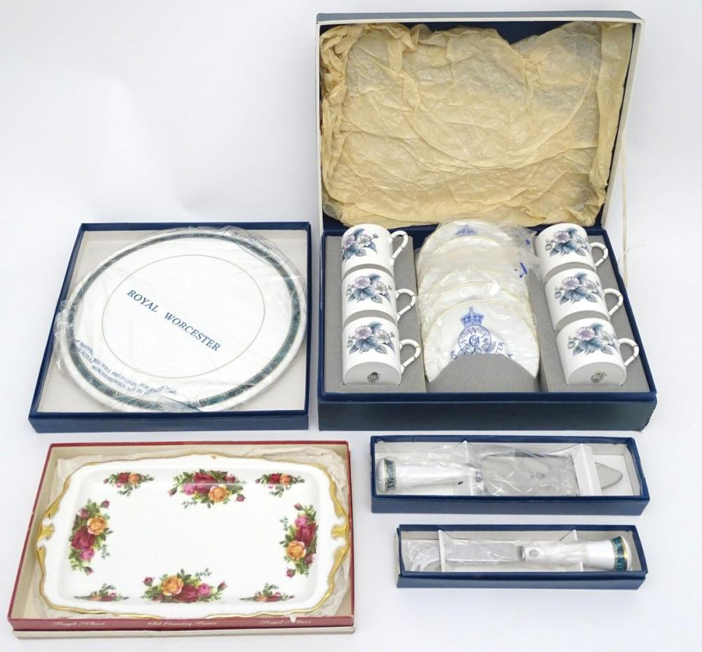 A quantity of Royal Worcester wares to include a 'Medici Green' cake slice, a 'Medici Green' cheese