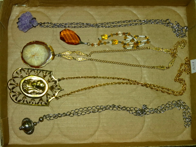TRAY LOT OF VINTAGE GOLDTONE AND SILVERTONE LADIES NECKLACES