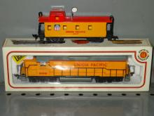 BACHMANN HO UNION PACIFIC 866 EMD GP30 DIESEL ENGINE WITH UNION PACIFIC CABOOSE