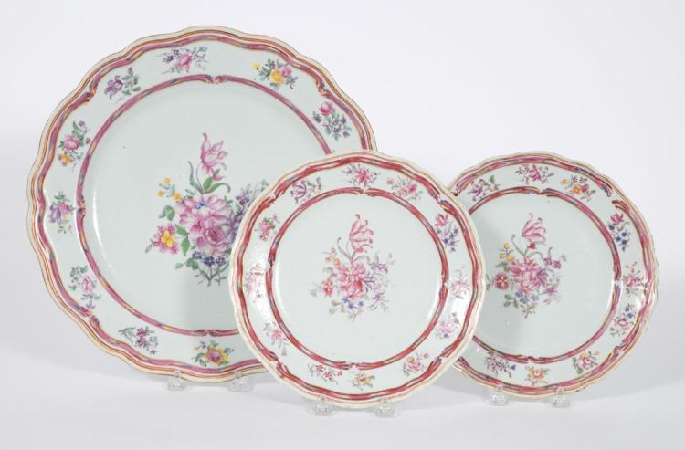 Chinese Export Famille Rose Porcelain Charger and Pair of Plates en Suite