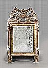 Petit miroir en bois sculpté et