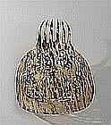 Grand peigne à décor ajouré de résilles, rinceaux feuillagés et vase fleuri.