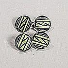 Paire de boutons de manchette à disque en argent émaillé à décor géométrique niellé sur fond vert. Vers 1925/30.Paire de boutons de manchette à disque en argent émaillé à décor géométrique niellé sur fond vert. Vers 1925/30.