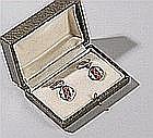 Paire de boutons de manchettes en argent cloisonné polychrome à décor géométrique à pans coupés.