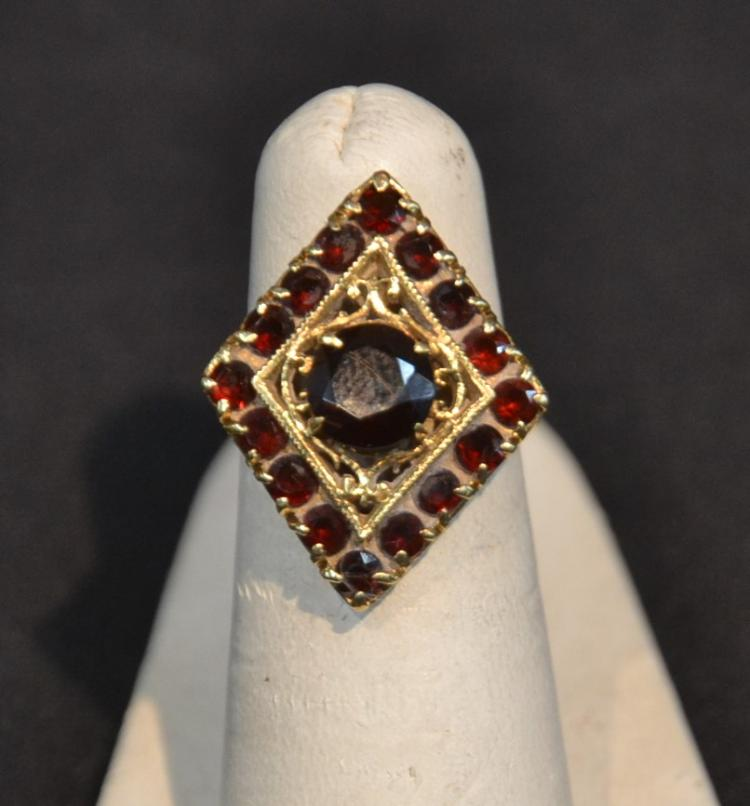 18kt (16) GARNET RING WITH LARGER CENTER STONE