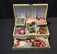 ASSORTED COSTUME JEWELRY TO INCLUDE BEADS ,