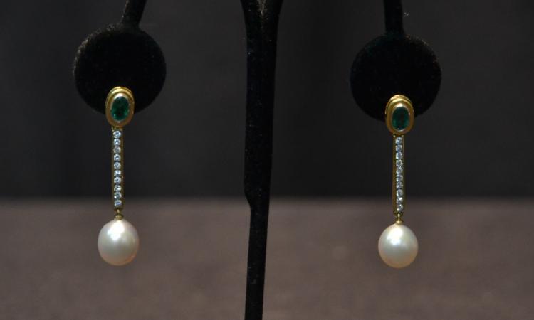(Pr) 18kt PEARL , DIAMOND & EMERALD EARRINGS
