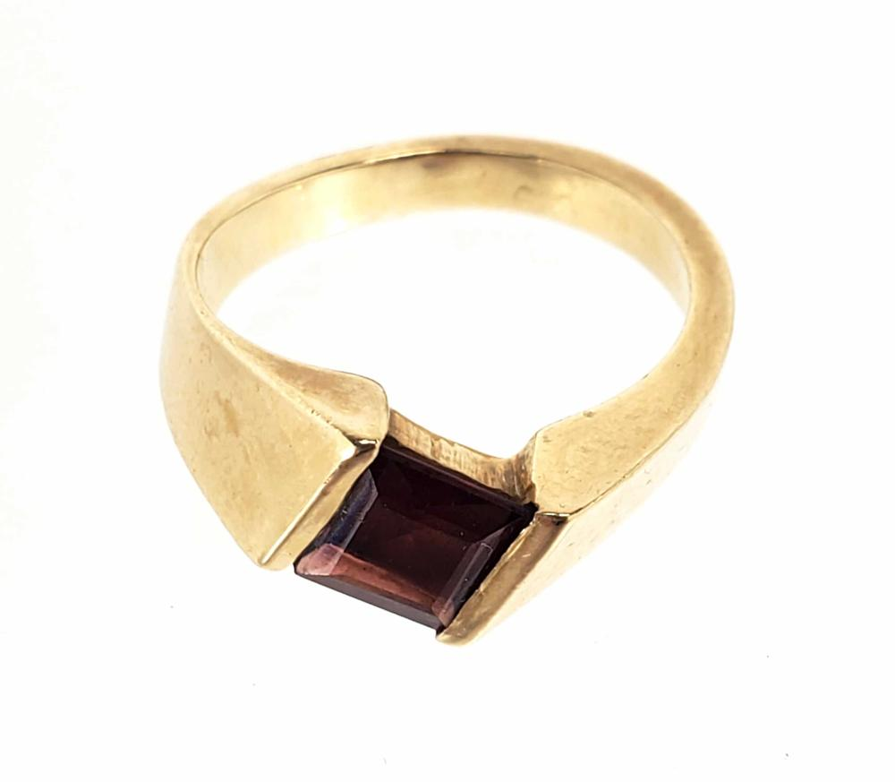 14K Gold & Garnet Ring Size (7.5)