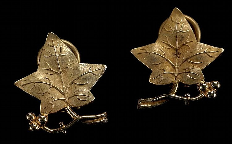 PAIR OF 14KT YELLOW GOLD EARRINGS in leaf form. For pierced ears.