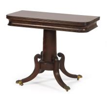 FEDERAL CARD TABLE In mahogany. Column-form pedestal raised on four molded reverse-arch legs ending in brass-capped paw feet fitted...