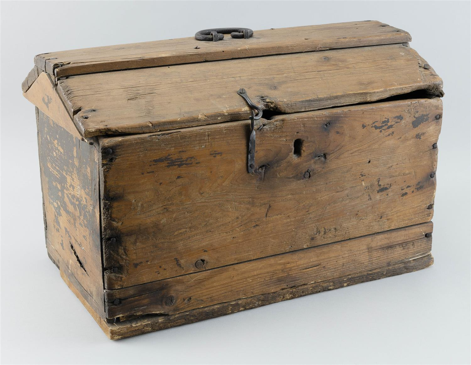 "LIFT-TOP BOX In pine, with traces of brown paint. Iron hinges. Handwritten inside ""Mandon, North Dakota"". Height 12.5"". Width 19.5""...."