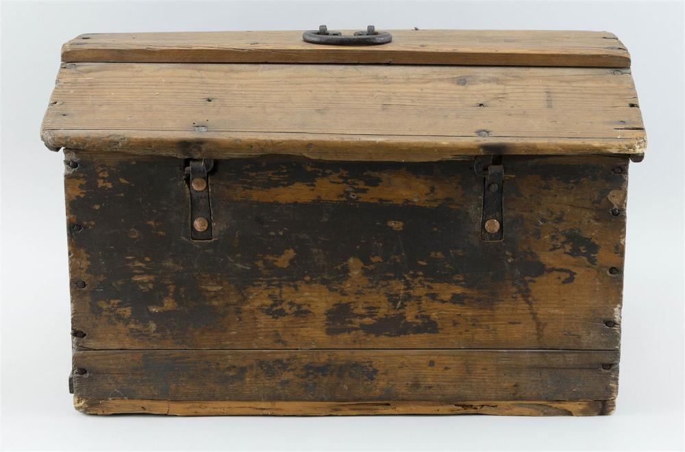 LIFT-TOP BOX In pine, with traces of brown paint. Iron hinges. Handwritten inside