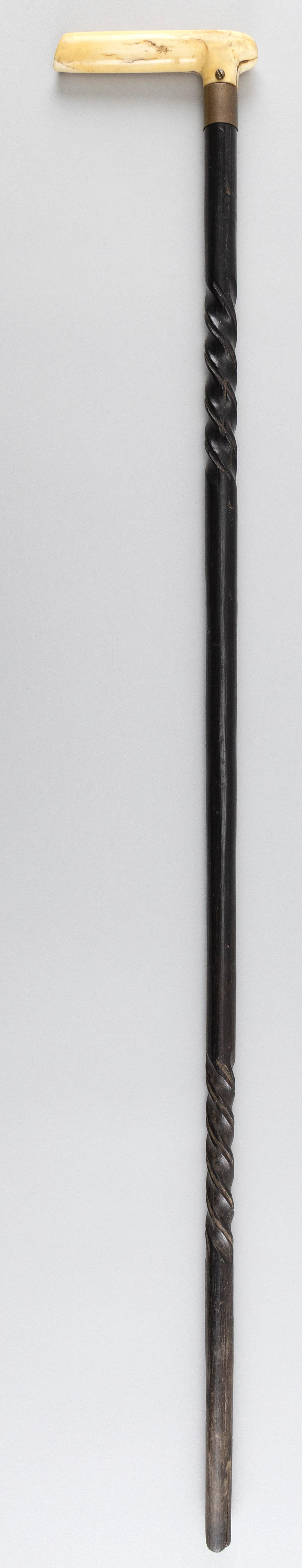 WOODEN CANE WITH BONE HANDLE CARVED IN THE FORM OF A FISH Twist-carved shaft. Length 33