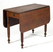ANTIQUE AMERICAN SHERATON DROP-LEAF TABLE In mahogany with reeded and turned legs. Height 28