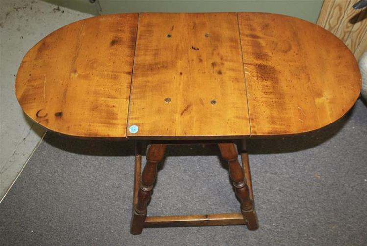 ANTIQUE AMERICAN BUTTERFLY DROP-LEAF TABLE In maple and tiger maple. Turned splayed legs joined by a stretcher base. Height 32