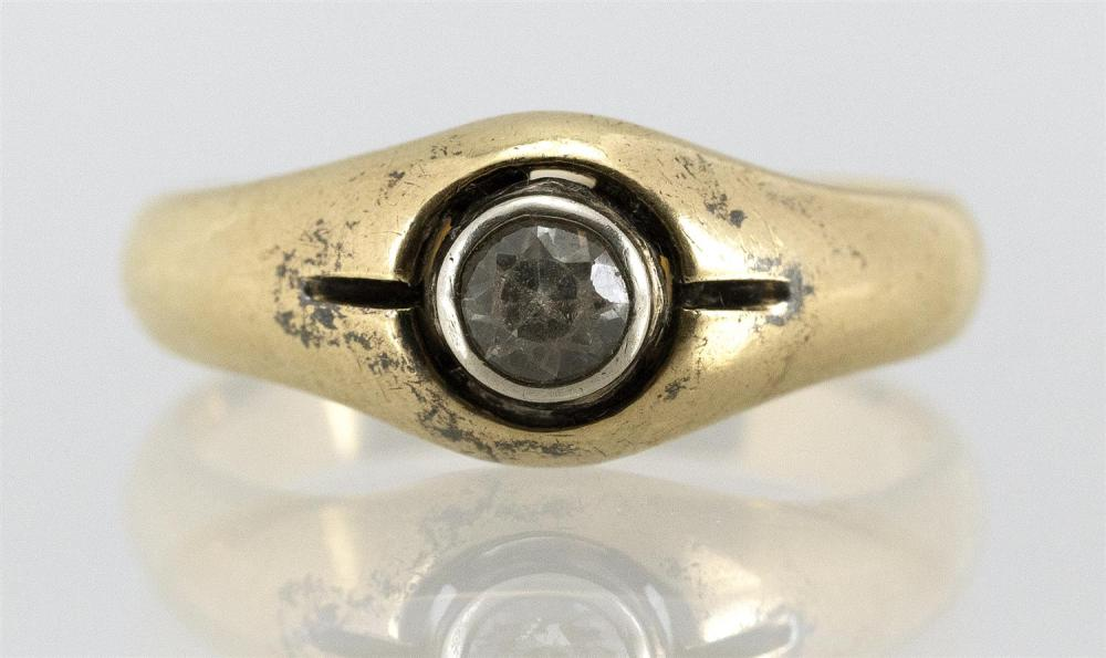 18KT GOLD AND WHITE TOPAZ MAN'S RING Brilliant-cut, bezel-set stone, approx. 3.8mm x 3.0mm. Size 10.