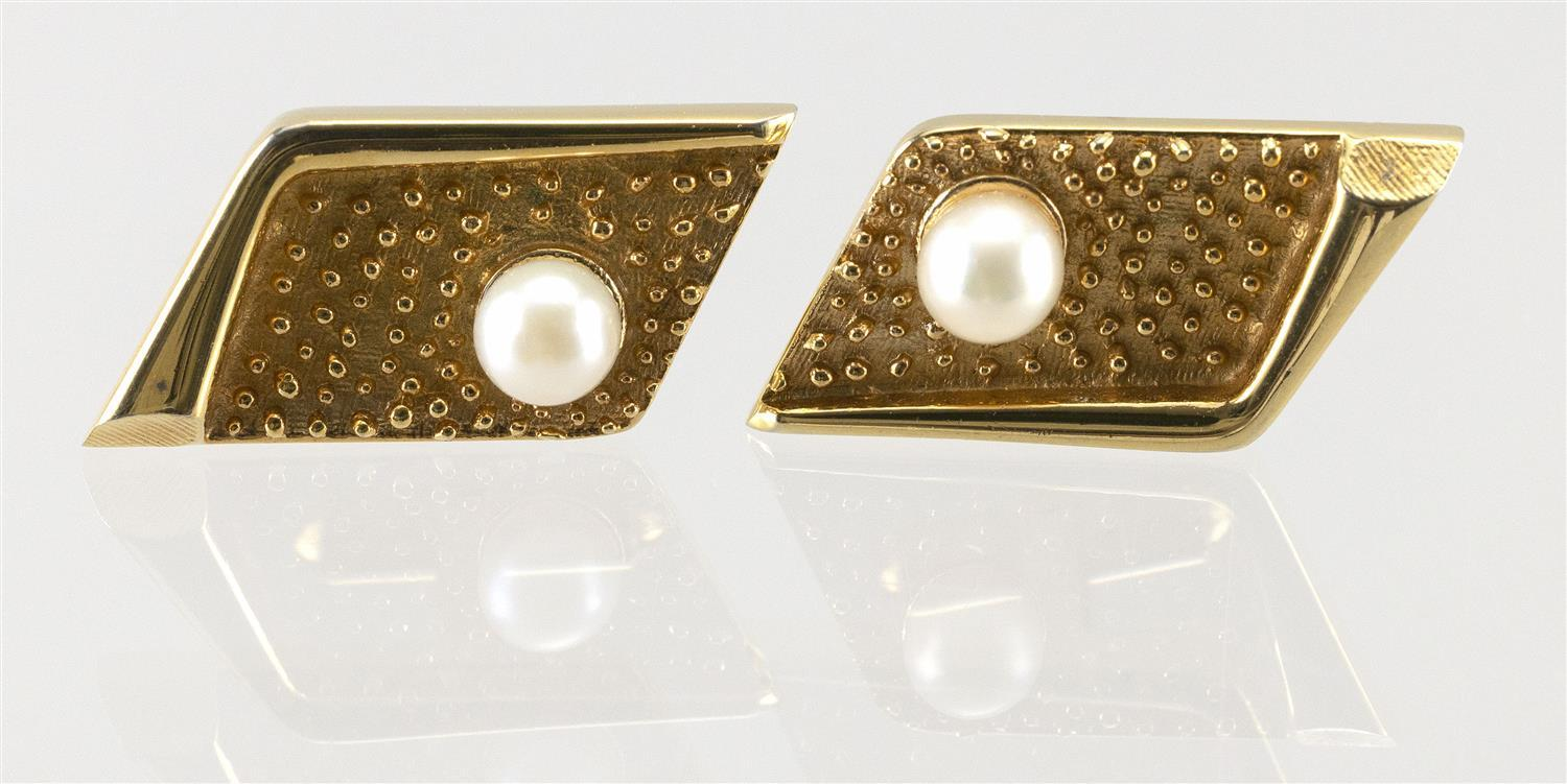 PAIR OF VINTAGE 14KT GOLD AND CULTURED PEARL CUFF LINKS Approx. 10.86 total dwt.