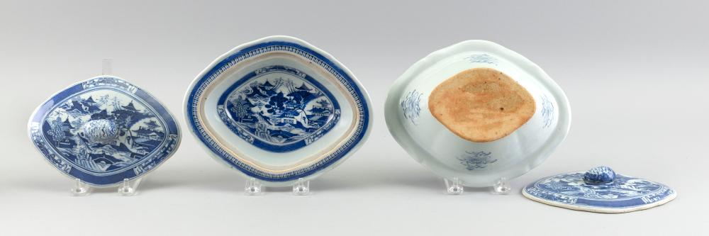 PAIR OF CHINESE EXPORT NANKING PORCELAIN COVERED VEGETABLE DISHES 19th Century Heights 3.5