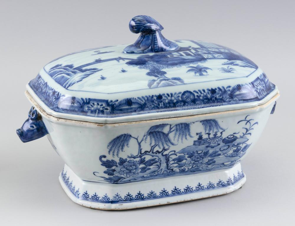"""CHINESE EXPORT NANKING PORCELAIN COVERED SOUP TUREEN 19th Century Height 8.5"""". Length 13.5""""."""
