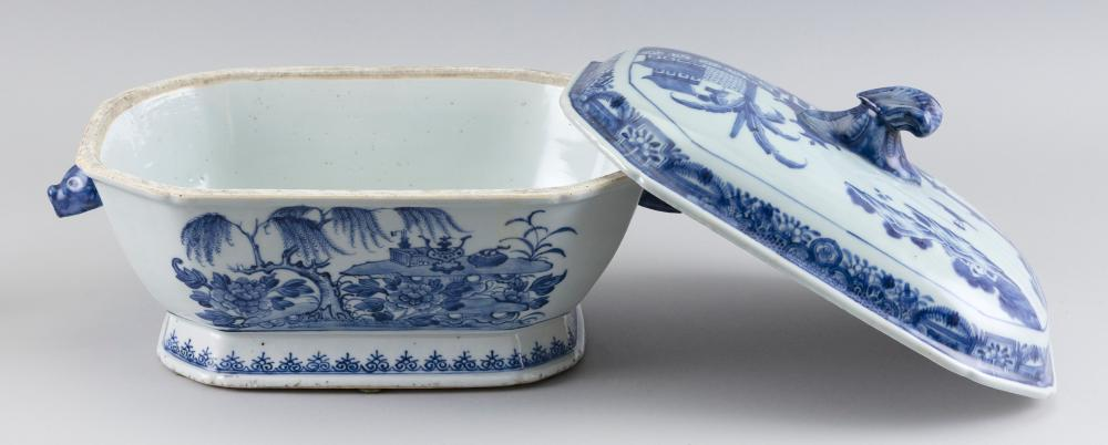 CHINESE EXPORT NANKING PORCELAIN COVERED SOUP TUREEN 19th Century Height 8.5