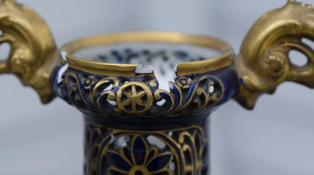 ROYAL VIENNA-STYLE HAND-PAINTED PORCELAIN COVERED URN Late 19th Century Height 15.75