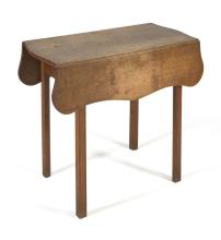 ANTIQUE AMERICAN HEPPLEWHITE DROP-LEAF TABLE In chestnut with shaped top and molded legs. Height 28
